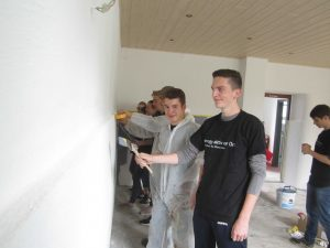 Mitglieder unserer Jugendgruppe im neu gestalteten Raum mit Jugendpfleger Dominik Krämer